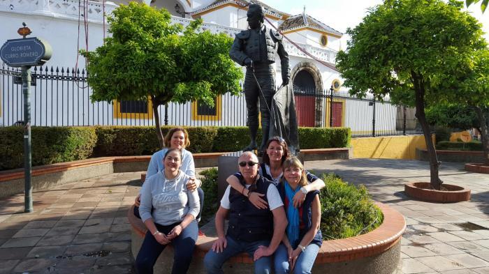 Devant la statue curro romero